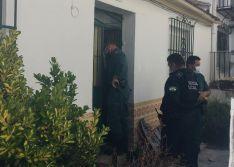 Los miembros de los cuerpos de seguridad han necesitado mascarillas para acceder a la casa // CharryTV