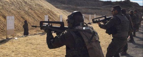 Un grupo de legionarios de la Xª Bandera, practicando en el campo de tiro // CharryTV