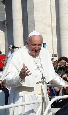 El Papa Francisco saludando a las miles de personas que se han concentrado en la audiencia Papal // CharryTV