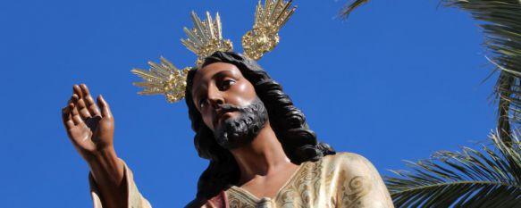 Cientos de personas se han congregado a las puertas del templo para ver a La Pollinica. // CharryTV