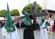 Por primera vez un penitente con hábito negro ha portado una cruz // CharryTV