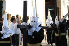 Penitentes portando la cruz. // CharryTV