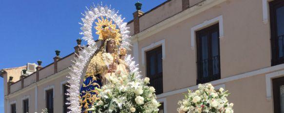 La Virgen de la Paz volvió a llenar de alegría las calles de Ronda en el segundo domingo de mayo, La Patrona recorrió su itinerario junto a representantes civiles y militares, miembros de otras hermandades y niños de primera comunión, 15 May 2017 - 17:08