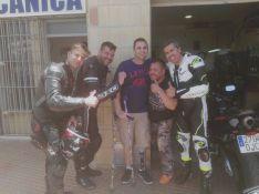 Iván Colón, con su nueva prótesis, acompañado por varios amigos moteros  // CharryTV