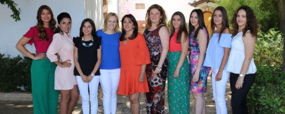 Las Damas Goyescas y su presidenta, junto a la alcaldesa, Teresa Valdenebro, y la delegada de Fiestas, Mª José Sánchez. // CharryTV