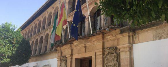El Ayuntamiento decreta tres días de luto oficial por el fallecimiento de tres rondeños en India, Los familiares de las víctimas están siendo atendidos en el Consistorio, donde las banderas ondean a media asta, 05 Aug 2017 - 13:49