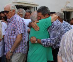 Salvador Pérez, a la derecha, se ha dirigido a la prensa en nombre de los familiares de las víctimas // CharryTV