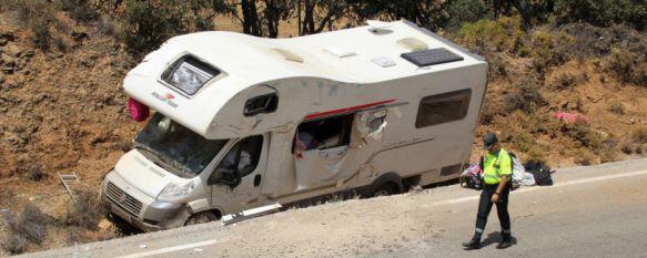 Aparatoso accidente de una autocaravana sin heridos graves en la carretera de Campillos  , En el vehículo viajaba un matrimonio de origen británico con sus tres hijos, uno de ellos un bebé de solo un mes , 07 Aug 2017 - 17:01