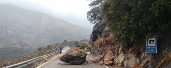 Una roca de gran tamaño corta el tráfico en la carretera que une Benaoján y Jimera de Líbar, El desprendimiento se ha producido en torno a las 16.00 horas…, 18 Oct 2017 - 17:44