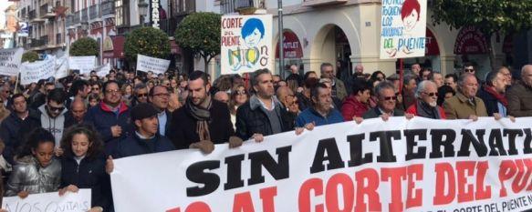 Unas dos mil personas se manifiestan contra los cortes de tráfico en el Puente Nuevo, Bajo el lema