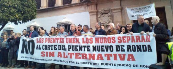 Imagen de los manifestantes a las puertas del Consistorio. // CharryTV