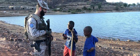 Niños acercándose a un militar rondeño antes de una entrevista junto al río Níger  // CharryTV