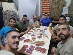 Un grupo de legionarios, degustando productos de Ronda en su camareta   // CharryTV