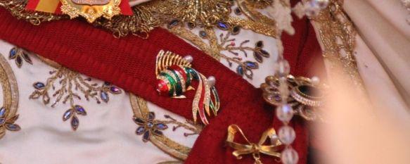 El «pescaíto» de la Virgen de la Paloma en homenaje a Gabriel Cruz , Se trata de un broche donado por María Molina, que fue durante tres décadas Hermana Mayor de La Pollinica , 25 Mar 2018 - 15:30