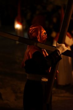 Un penitente de la Hermandad del Silencio, portando una cruz al hombro  // Juandi Velasco