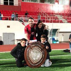 Calderón, acompañado por su familia tras conseguir el título liguero en Gibraltar con el Lincoln Red Imps  // CharryTV