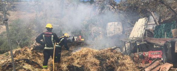 Los bomberos intervienen en el incendio de un terreno agrícola en los Molinos del Tajo, Ha sido necesario el apoyo del retén de Algatocín debido a la escasez de profesionales operativos en el parque de Ronda , 05 Jul 2018 - 17:09