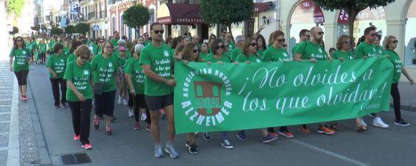 Ronda saca a la calle su solidaridad en la VII Marcha por el Alzheimer, Cientos de vecinos formaron parte de la marea verde que pidió