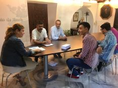 El colectivo ha entregado la convocatoria a la alcaldesa de Ronda, Teresa Valdenebro  // CharryTV
