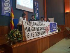 Los principales representantes de la Plataforma Autovía Ronda Ya muestran su proyecto de autovía a los alcaldes asistentes. // CharryTV