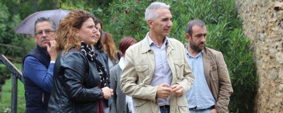 La alcaldesa, Teresa Valdenebro, muestra al consejero de Cultura, Miguel Ángel Vázquez, las zonas de los jardines de los baños afectadas. // CharryTV