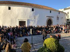Cientos de espectadores disfrutaron en el Paseo de Blas Infante de la magia de Carlos Adriano.  // Ronda, Ciudad Mágica