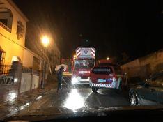 Los bomberos se desplazaron hasta la vivienda al recibir el aviso de incendio con posibles atrapados a las 1:44 horas de este lunes. // CharryTV