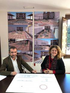 El delegado de Obras, Francisco Márquez junto a la alcaldesa de Ronda, Teresa Valdenebro, durante la presentación del proyecto. // CharryTV