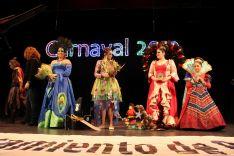 De izquierda a derecha, las nuevas Reinas del Carnaval durante su nombramiento acompañadas de las Reinas del Carnaval 2018. // CharryTV
