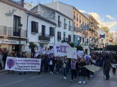 Manifestación feminista en la calle Virgen de la Paz que ha congregado a unas 250 personas, mayoritariamente mujeres. // CharryTV