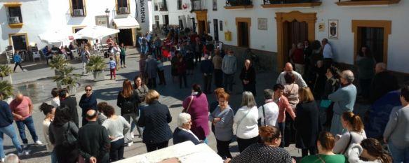 Montejaque decreta tres días de luto oficial por el asesinato de una vecina a manos de su marido, A mediodía decenas de vecinos han asistido a la Plaza de la…, 11 Mar 2019 - 13:59