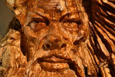 Los rostros tallados en raíz de olivo son la especialidad de Diego Guerrero, que le han valido la atención internacional. // CharryTV