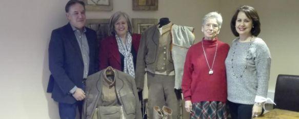 La familia de Álvaro de Luna dona dos trajes de