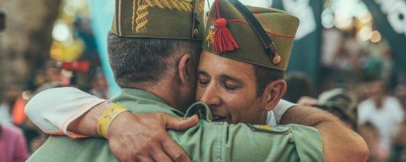 Joan Marc Falcó, abrazando a su llegada a meta al general Marcos Llago, jefe de la Brigada de La Legión // Chito