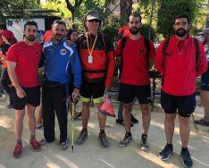 El marchador invidente Javier Fran logró llegar a meta gracias a la ayuda de tres legionarios del Grupo de Caballería  // Manolo Guerrero