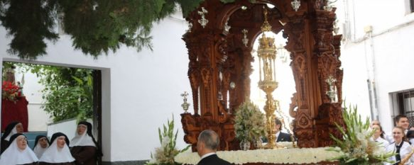 El Corpus Christi recorrió las calles de Ronda ante la presencia de cientos de fieles, Las hermandades elaboraron altares en honor al Santísimo y la Alameda del Tajo se cubrió de alfombras florales desde el sábado por la tarde, 24 Jun 2019 - 19:17