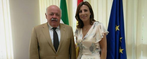 La alcaldesa, Mª Paz Fernández, junto al consejero de Salud, Jesús Aguirre  // CharryTV