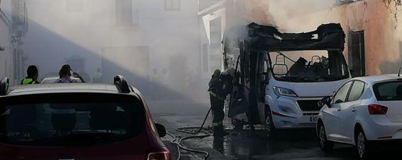 En libertad con cargos el joven que prendió fuego a varios vehículos en Ronda, El presunto autor de los hechos, que estaba en libertad condicional, provocó importantes daños también en las fachadas de tres viviendas  , 09 Jul 2019 - 18:57