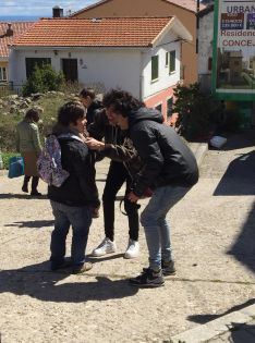 En la imagen, Luis junto a Javier Calvo y Javier Ambrossi, directores de la serie. // CharryTV