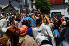 Cientos de personas coparon la plaza de Benalauría y sus alrededores para no perderse la espectacular representación. // CharryTV