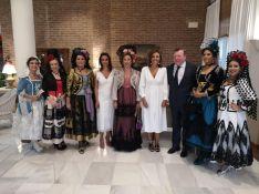La Presidenta y Damas Goyescas de la Feria junto a la Alcaldesa de Ronda, Mª de la Paz Fernández; y al pregonero de la feria, el humorista César Cadaval.  // CharryTV