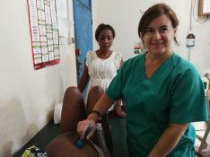 La Supervisora de Enfermería de Urgencias del hospital comarcal, Rocío Gamarro, realiza una ecografía a una paciente. // CharryTV