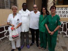 En el centro de la imagen, el traumatólogo rondeño José Luis Riuz Arranz, junto a otros profesionales sanitarios. // CharryTV