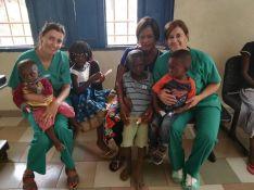 Janot y Gamarro posan junto a varios pacientes en el Hospital de Boma. // CharryTV