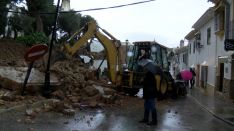 Los operarios retiran los restos de uno de los muros del Colegio Fernando de los Ríos que la fuerza del agua derribó. // CharryTV