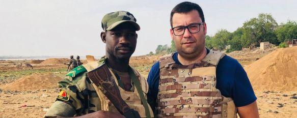 Manolo Guerrero, director de contenidos de Charry TV, junto al sargento de las Fuerzas Armadas Malienses (FAMa) Issa Coulibaly // CharryTV