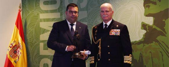 Manuel Guerrero, a la izquierda, tras recibir el galardón en las dependencias del Ministerio de Defensa // Miguel Temprano
