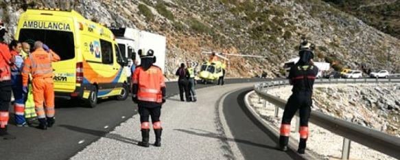 Un joven de 31 años resulta herido tras perder el control de su motocicleta en la A-397, A pesar de que quedó atrapado bajo un camión y ha sufrido varias fracturas, se encontraba estable cuando fue derivado en helicóptero al Hospital Clínico de Málaga, 12 Dec 2019 - 20:11