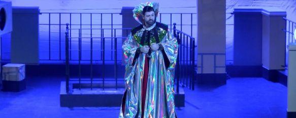 Manu Sánchez representó a un extraterrestre que aterrizó por error en Ronda y finalmente se queda para conocer las costumbres de los terrícolas. // CharryTV