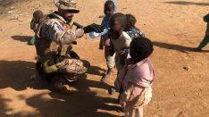 El Caballero Legionario Mateos, dando de beber agua a unos niños en la ciudad de Gouni // CharryTV